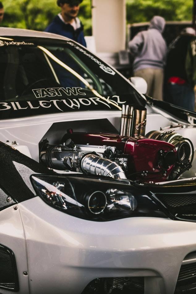 Tuning-Fahrzeug mit außen liegendem Motor.